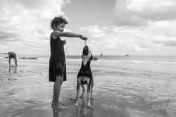 Criança dando peixe ao cão