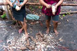 Maricilda e Joana descascando a mandioca para fazer farinha