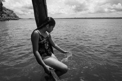 Criança quilombola brincando no rio