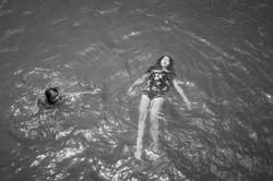 Crianças quilombola brincando no rio