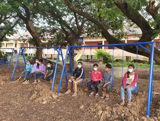 Neue Spielgeräte, Bänke und Tische für die Grundschule in Sras Chhrouk, Kambodscha