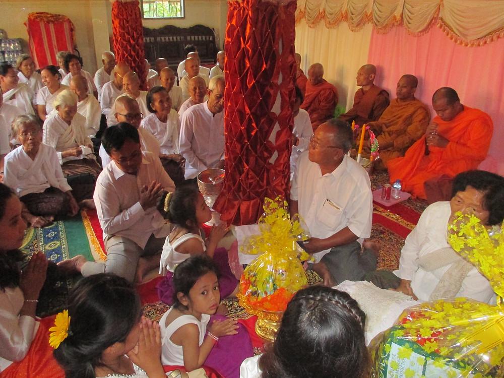 Die größtenteils buddhistischen Kambodschaner feiern viele verschiedene Zeremonien, hier z.B. um die Eltern zu würdigen