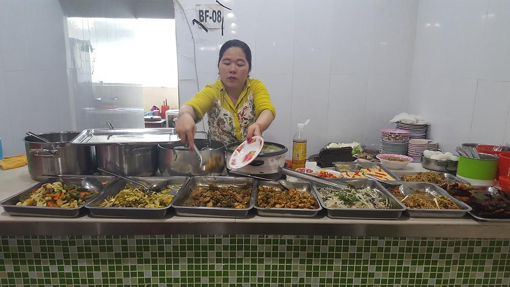 Typisch für ein Mittagsrestaurant: man wählt aus verschiedenen, fertigen Gerichten aus, die dann mit Reis gegessen werden
