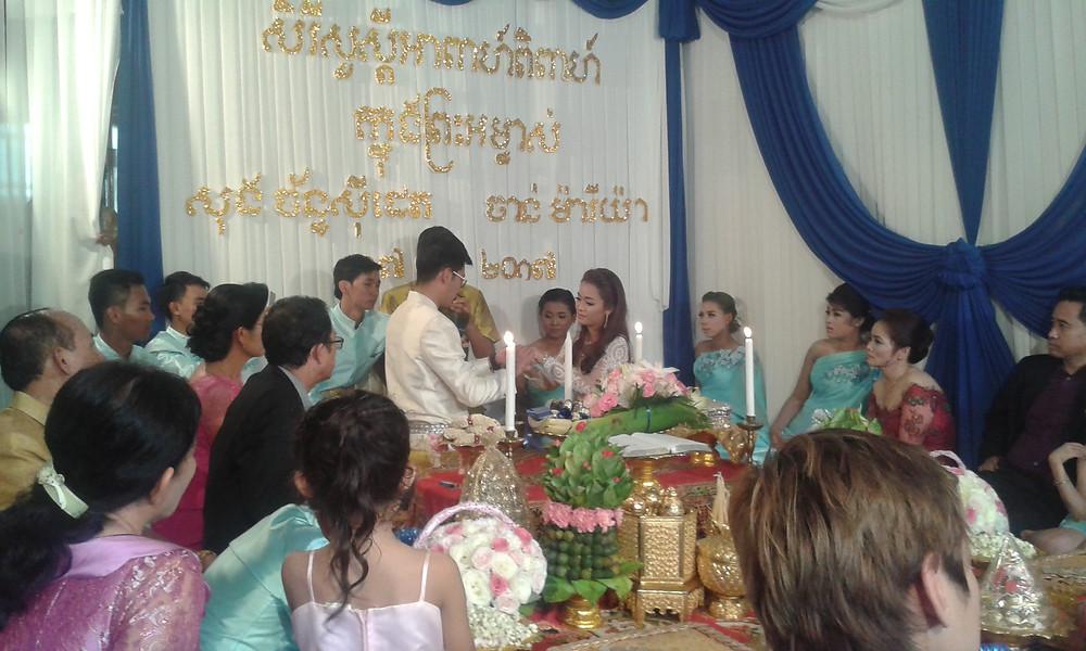 Es kann auch vorkommen, dass man zu einer wildfremden Hochzeit eingeladen wird - einfach weil man großes Interesse daran äußert.