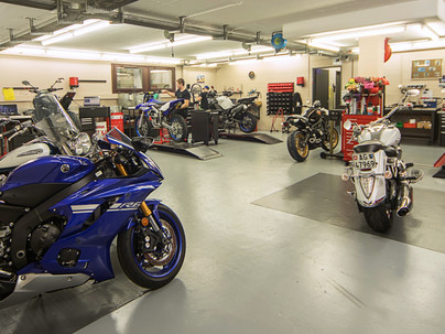 Werkstatt für Reparaturen und Fahrzeugverkauf geöffnet