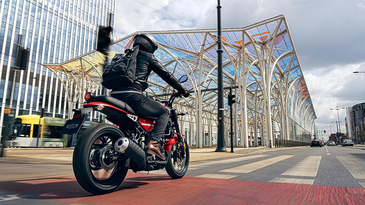 2021-Yamaha-XS125-EU-Redline-Action-002-