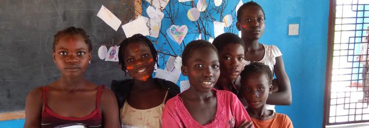 Kort på barn som ler med ansiktsfärg