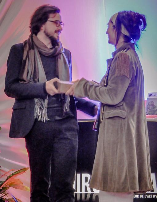 Françoise Joudrier, artiste membre du Jury du MIFAC, remet la Brique d'Or du Prix Spécial du Jury 2017 à Vladimir Vatsev.