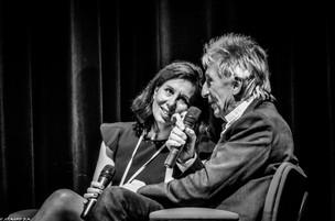 Moment de complicité sur scène entre les galeristes Cécile Van Bockstaël et Gilles Naudin