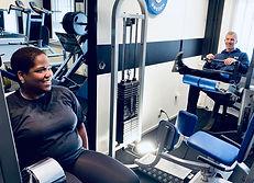 Glada personer tränar på Classic Gym