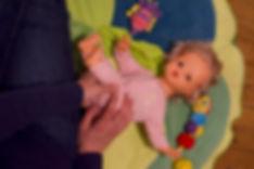 Bébé enroulé et bercé sur les cotés.jpg