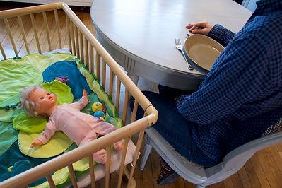 bebe dans parc avec table.jpg