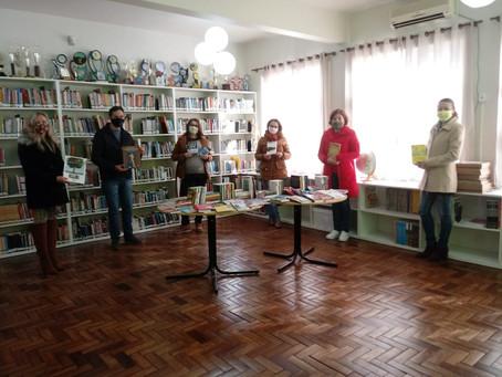 Escola de Morro Reuter recebe acervo com mais de 200 obras