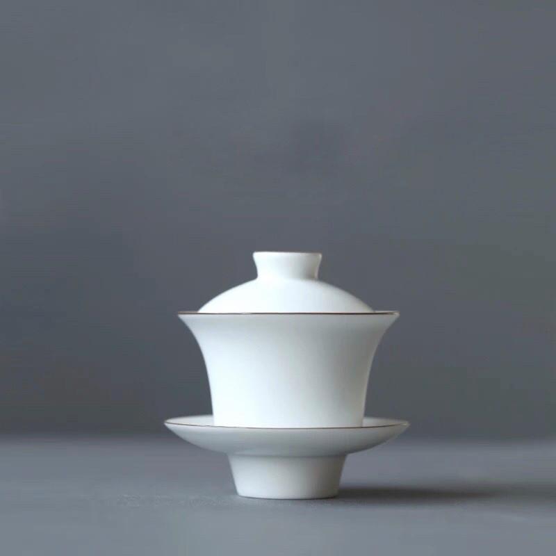 """Weiße Gaiwan (""""Bedeckte Schale"""") aus Porzellan: Sie besteht aus einer Tasse ohne Henkel mit Deckel und Untertasse."""