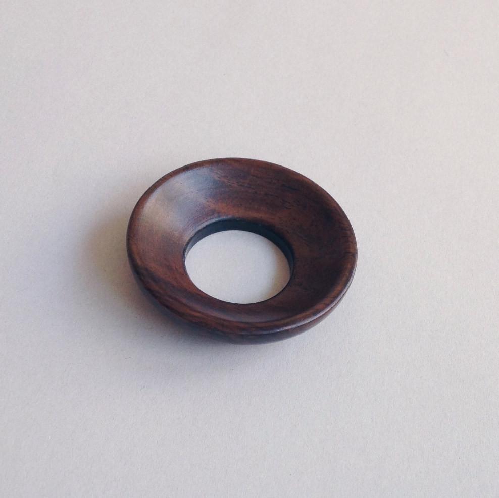 Dunkelbrauner Teetrichter (Chalou) aus Holz: Ein breiter Ring mit einem Loch in der Mitte, der das Einfüllen von Teeblättern in ein Gefäß erleichtert.