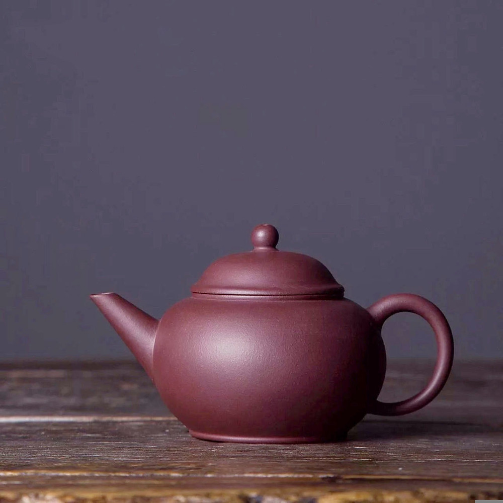Dunkelbraune Teekanne aus Ton mit einem Fassungsvermögen von 150 bis 250 ml.