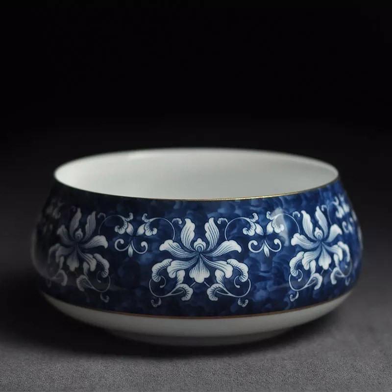 """Verzierte blau-weiße """"Teeschüssel"""" (Chaxi): Sie fängt Wasser bzw. Tee auf, das beim """"Waschen"""" der Teetassen bzw. beim ersten Aufguss anfällt."""