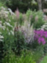 Flexibele zitplekken. Dat was de grootste eis voor deze tuin. De tuin heeft een enorme oppervlakte waar deze eis helemaal tot zijn recht kan komen. Zon en wind zijn de belangrijkste factoren voor de keuze van de - op dat moment - lekkerste zitplek van de tuin. Hagen, bomen, vaste planten en siergrassen vormen de basis voor de zitplekken die inspelen op deze twee factoren. tuinachitect rotterdam, tuinontwerper linda, landschappelijke tuin