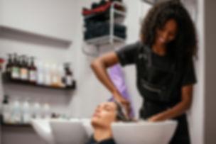 mulher-com-o-cabelo-lavado-em-um-salao-d
