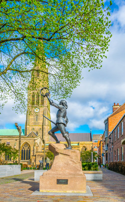 Statue of Richard III in front of the ca