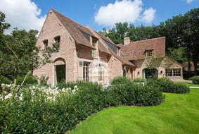 Фасад дома из красного стародавнего кирпича