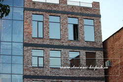 фасад отделан старыми кирпичами