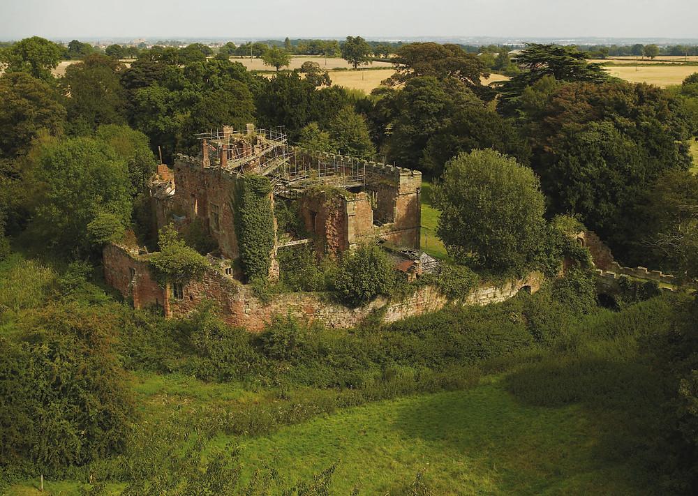 вид сверху на старинный замок насчитывающий века