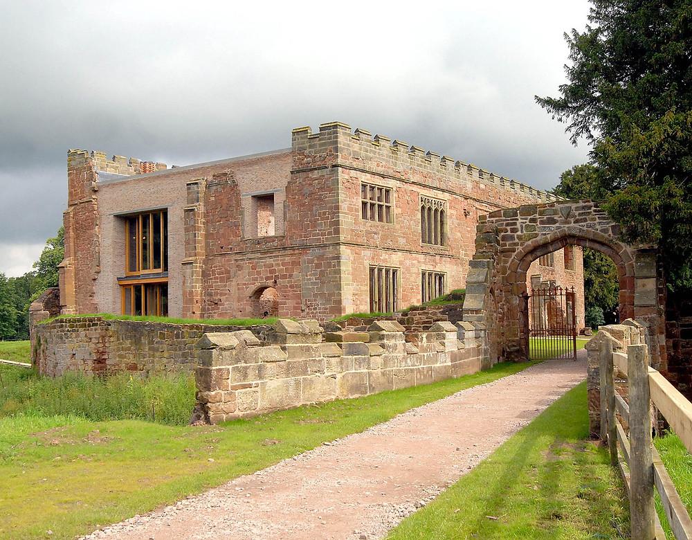 старинный замок после реставрации