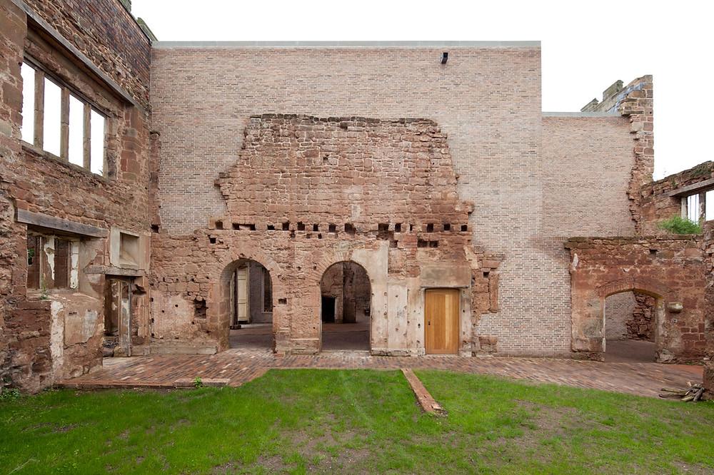 сочетание новой постройки и остатков старинных стен замка