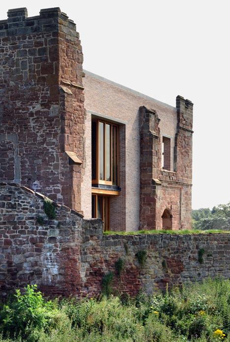 новое здание в сочетание со старым замком