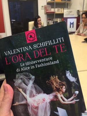 L'ora del te. Le (dis)avventure di Alice in Fashionland - di Valentina Schifilliti