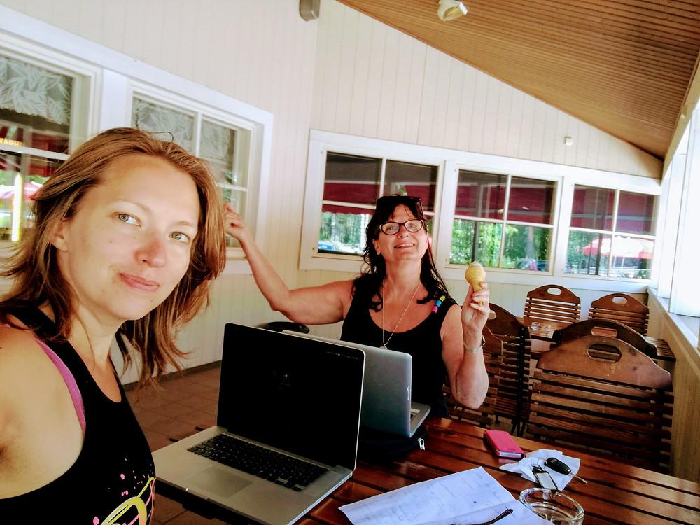 Sommarskönheter på sitt utekontor!