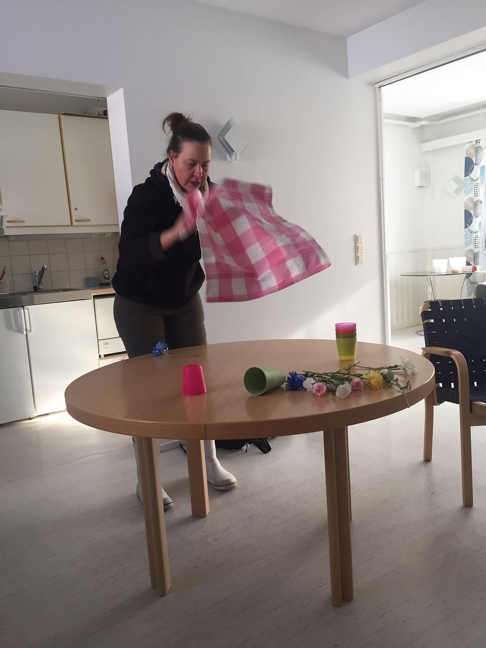 """""""Sköterskan"""" Heidi dekorerar det tomma bordet"""
