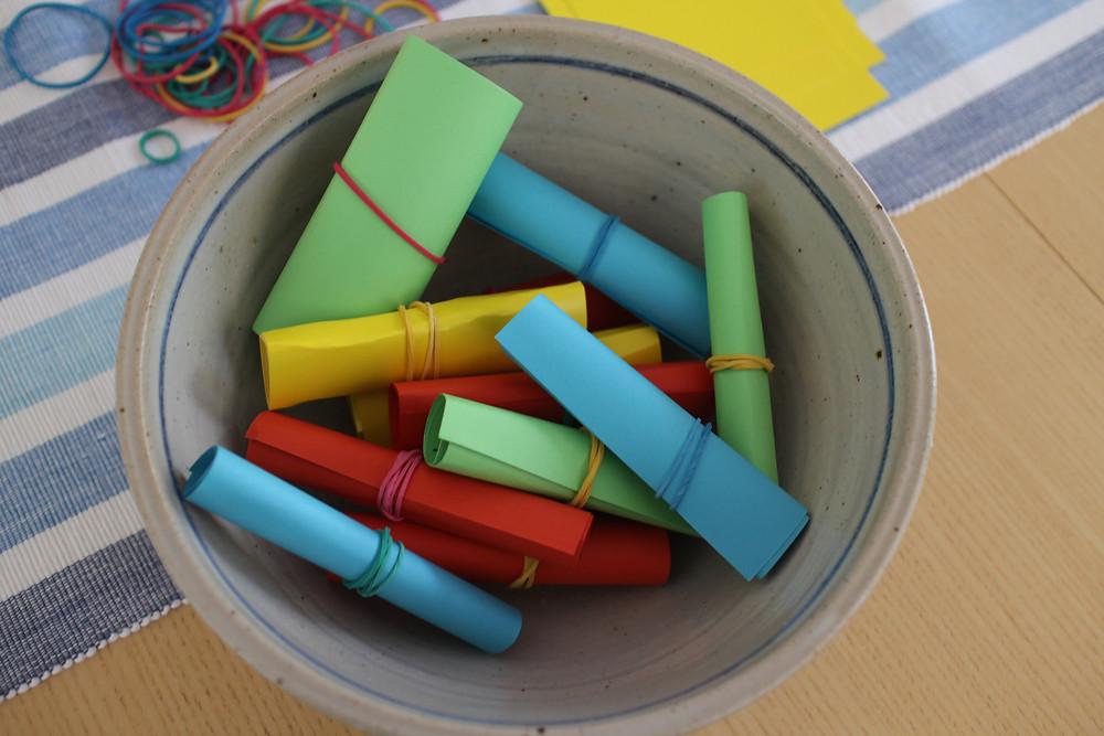 Skriv på ett papper, rulla ihop och sätt i burken!