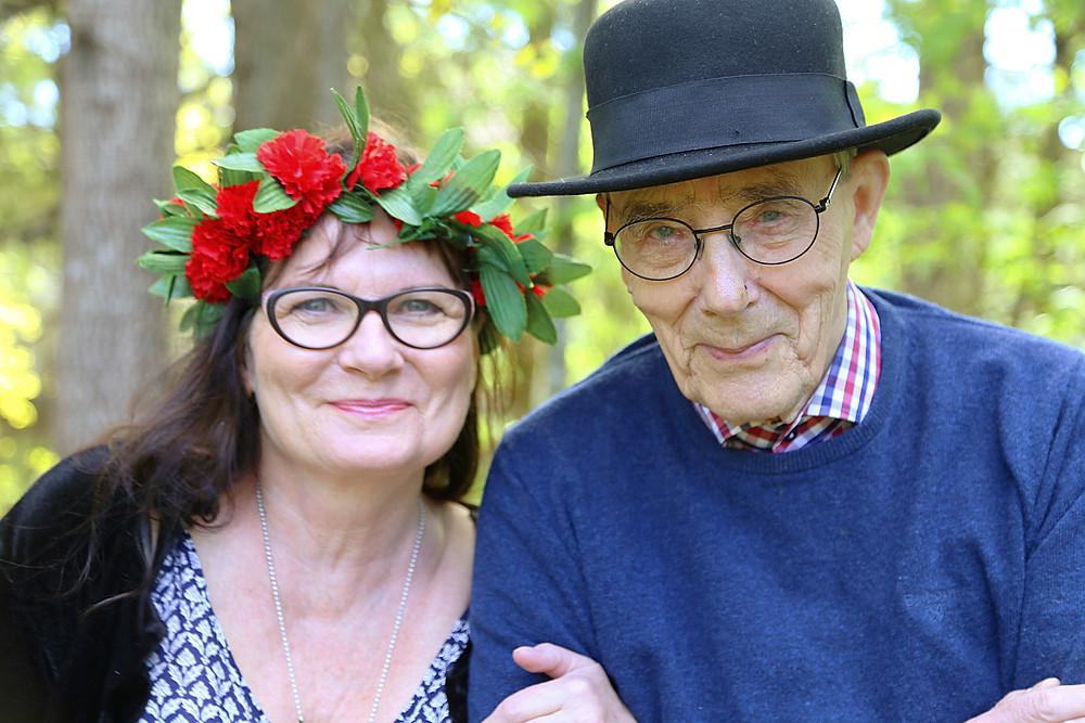 Lilli med blomkrans, arkiatern i stilig hatt.