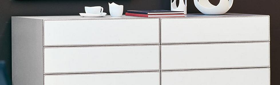 DANDY bietet eine Vielzahl an Farbkombinations-Möglichkeiten und lässt so Freiraum für individuelle Wünsche. DANDY von CATTELAN ist in Nussbaum, Weiß, verbrannte Eiche und lackiertem Holz erhältlich. Lieferbar als Nachttisch und Kommode. Die schlichten Fußsockel aus Edelstahl verleihen diesem Kastenmöbel eine elegante Ausstrahlung. DANDY ist in Leder beziehbar.