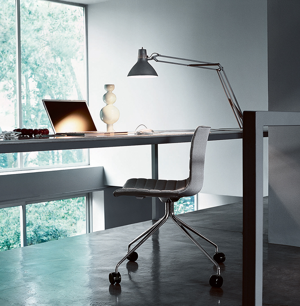 CATIFA 53von ARPER ist das Pendant zu CATIFA 46 mit breiterer Sitzfläche. Ein Stuhl, der nicht nur bequem und für viele Zwecke einsetzbar, sondern auch äußerst flexibel in der Farbgestaltung ist. Die Serie CATIFA 53 sowie CATIFA 46 ist besonders als Esszimmer- oder Bürostuhl, optional höhenverstellbar mit Gasdruckfeder, einsetzbar.