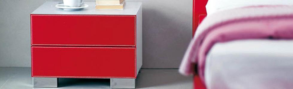 DANDY bietet eine Vielzahl an Farbkombinations-Möglichkeiten und lässt so Freiraum für individuelle Wünsche. DANDY von CATTELAN ist in Nussbaum, Weiß, verbrannte Eiche und lackiertem Holz erhältlich. Lieferbar als Nachttisch und Kommode. Die schlichten Fußsockel aus Edelstahl verleihen diesem Kastenmöbel eine elegante Ausstrahlung.