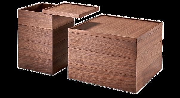 WOOD BOX ist in Eiche sowie Nussbaum massiv/teilmassiv erhältlich. Die Oberplatte und der Zwischenbodensind um 360 Grad drehbar. WOOD BOX kann als Beistell- oder Nachttisch genutzt werden und bietet viel Stauraumim Innenbereich. Erhältlich in zwei Grundmassen.