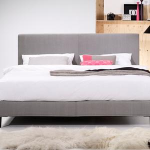 BOHEMIAN von MÖLLER DESIGN ist ein Boxspring Bett im amerikanischen Stil. Es bietet eine schier unendlich wirkende Auswahl an Gestaltungsmöglichkeiten. Hier stehen verschiedene Kopfteilvarianten, Bezügen, Fussversionen und Matratzenarten zur Verfügung. Optional mit motorischer Verstellung der Liegefläche. Sondermasse sind möglich.