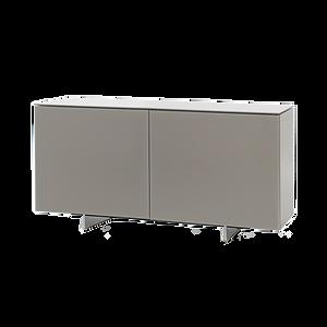 Eleganz in Perfektion. FUTURA von CATTELAN, designed by Emanuele Zenere, lässt sich mit Glas, Aluminium und Holzelementen kombinieren. Dieses besonders formschöne Kastenmöbel ist mit Glastüren in Aluminiumrahmen, mattverspiegelt oder lackiert lieferbar. Die Füße sind aus Edelstahl oder matt Weiß, Schwarz oder Graphite lackiert. Die Innenböden sind grundsätzlich aus Klarglas, die Version als Anrichte mit drei Türen hat im Mittelteil eine Innenschublade.