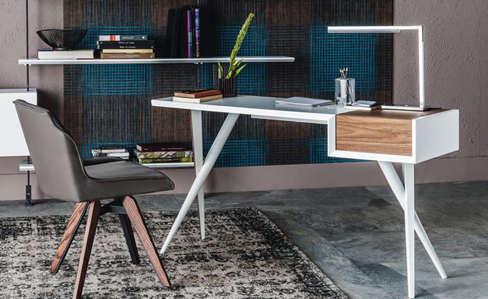 Dieser formschöne Schreibtisch BATIK von CATTELAN, designed bei Andrea Lucatello, ist in vielen verschiedenen Materialkombinationen erhältlich wie beispielsweise Nussbaum, Holz lackiert oder Stahl weiß o.graphit lackiert. In der seitlichen Box befindet sich ein großer Stauraum für Arbeitsmaterial o. Schminke.