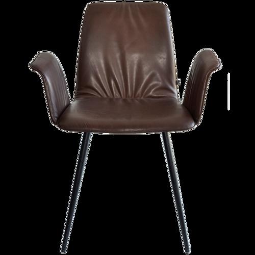 MAVERICK ist ein Stuhl mit schier unendlich wirkenden Möglichkeiten. Ob mit eckigen oder konischen Holzfüßen, konischem Rundrohrgestell oder Drahtgestell in verschiedensten Metallen oder Lackierungen. Hier findet der individuellste Geschmack die passende Version. Jeder Stuhl ist optional mit Armlehnen lieferbar, erhältlich in Stoff und Lederbezügen. Ein Stuhl mit filigraner Ausstrahlung vereint mit perfektem Sitzkomfort.