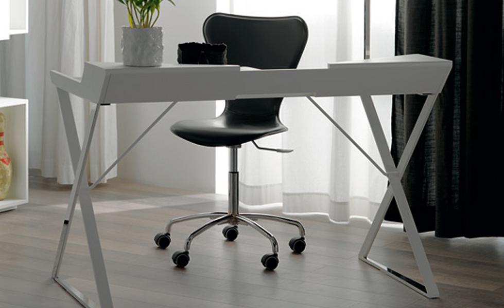 Der Schreibtisch QWERTY von CATTELANmit Struktur aus lackiertem Stahl ist in matt Weiß oder Graphite erhältlich. Die Profile sind aus Edelstahl, die Platte aus MDF, ebenfalls in Weiß oder Graphite.