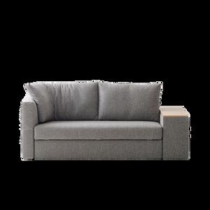 Mit GIACOMO stellen Sie Ihre Sofakombination aus dem Baukastensystem von FRANZ FERTIG ganz nach ihren Wünschen zusammen. Drei Sitzbreiten, vier Armlehnvarianten und zwei Kissentypen eröffnen zahllose Kombinationen. Als klassisches Sofa mit festen Armlehnen und geraden Rückenkissen, als Kuschel-Sofa mit klappbaren Armlehnen und Winkelkissen oder als Alleskönner mit Medienarmlehne, die Beleuchtung, Tablet-Ablage und ein integriertes Soundsystem bietet. Dank der raffinierten Technik lässt sich das Sofa ganz leicht zum Bett mit komfortabler Schlafhöhe verwandeln. Auf Wunsch erhalten Sie einen wattierten Topper, der tagsüber im serienmäßigen Bettkasten verstaut werden kann.