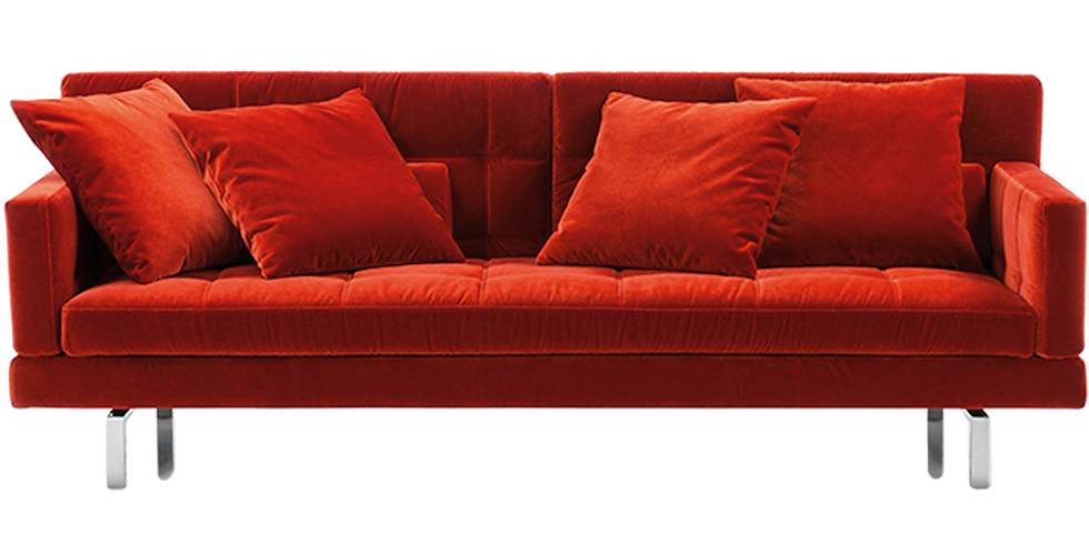 AMBERvon BRÜHL bietet auf weich abgesteppter Fläche komfortablen Sitzkomfort. Ein Baukastensystem mit zahlreichen Verwandlungsmöglichkeiten. Erhältlich als Einzelsofa, Eckgruppe, Longchair und Anstellsofa. Kombinierbar mit Sessel und Hocker der Serie. Die Bezüge sind wahlweise in Leder oder Stoff lieferbar. AMBER-Armlehnen sind bis zur Waagerechten, die Rücken bis zur Relaxposition klappbar. Der Standardfuß ist eine verchromte Metallkufe, die gegen Aufpreis auch mattchrom lackiert geliefert werden kann oder als Alternative in Holz.