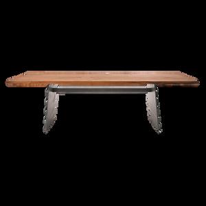 Der Esstisch BARBAROSSA ist mit einem Stahl-Wangengestell oder Stahl-Kufengestell erhältlich. Die Tischplatte kann in historischer Eiche, Eiche Natur, Weiß, Grau oder Dunkel. bzw. Eiche Basalt gebeizt geliefert werden. Als weitere Alternative steht Nussbaum natur zur Auswahl. Bei der Version mit Kufengestell entfällt die Querverbindung zwischen den Tischbeinen.