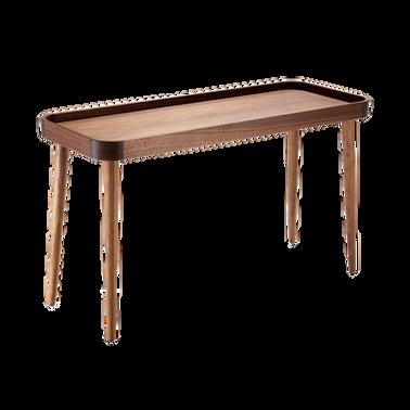 Das Modell CHARLY kann in zwei verschiedenen Größen undHöhen gewählt werden. Ein sehr leichterBeistelltisch derdurch die konischen langen Beine sehr grazil wirkt. Der niedrigere Tisch kann unter den höheren platziert werden.