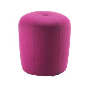Die individuelle Form des Sessels ZAPALLO springt jedem Betrachter sofort ins Auge. Doch nicht nur die Optik, auch die Bequemlichkeit sprechen für dieses moderne Möbelstück, das besonders in zweifarbiger Ausführung zur Geltung kommt. Der ZAPALLO Hocker kann auch als Sitzmöglichkeit am Esstisch genutzt werden.