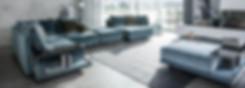 CUBE LOUNGE von IP DESIGN – das Planungsprogramm mit repräsentativer Lässigkeitim urbanen Stil. Tauchen Sie in die weichen und voluminösenKissen ein und spüren Sie die Großzügigkeit der Polsterlandschaft.In der Sofalinielässt sich die Armlehne und das Rückenteileumbauen. Somit ist man uneingeschränkt und kann ggf. sein Sofa frei umgestalten.Die Kombinationsvielfalt der einzelnen Elemente mit unterschiedlichenGrößen kann für große als auch kleinere Räume geplantwerden. Die Rücken sind optional mit einer Klappfunktion erhältlich.  Zu dem Programm gehören Konsolen, Couch- und Beistelltischein unterschiedlichen Höhen und Breiten.